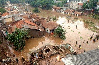 Sejumlah personel TNI melakukan penyisiran di lokasi banjir bandang akibat  jebolnya tanggul Situ Gintung, Cirendeu, Tangerang, Jumat (27/3).