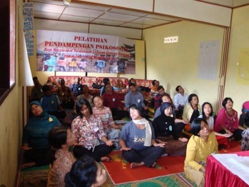Salah satu kegiatan pelatihan pendampingan psikososial masyarakat terdampak erupsi Gunung Sinabung di Kabanjahe pada tanggal 26-28 Februari 2014. Sumber: Humanitarian Forum Indonesia