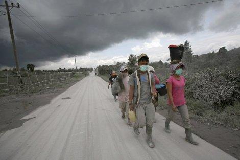 Masyarakat yang mengungsi akibat erupsi Gunung Sinabung